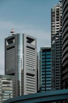 현대적인 디자인을 구축하는 시내 비즈니스 지구