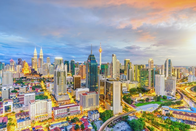 Центр города куала-лумпур - линия горизонта в сумерках в малайзии