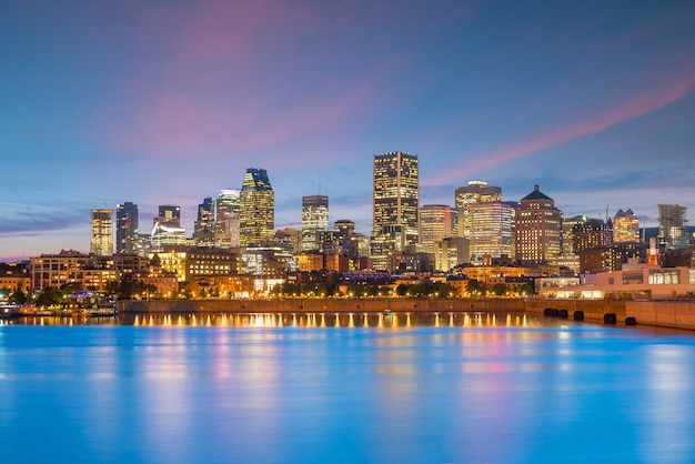 Центр города монреаль на фоне заката в канаде