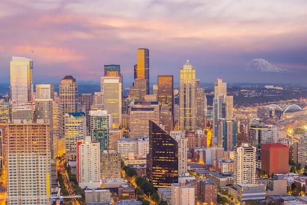 Городской пейзаж города сиэтла на фоне линии горизонта в соединенных штатах америки в суснсете