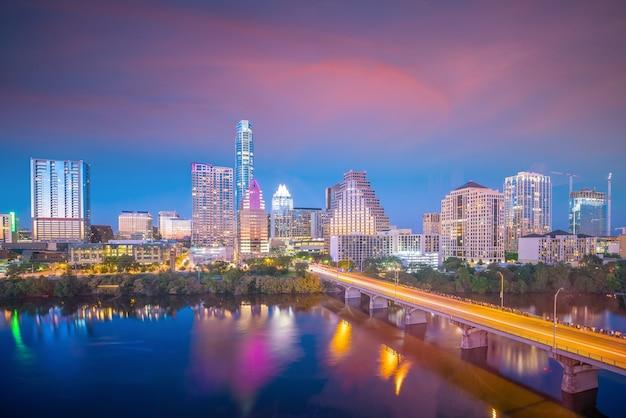 Горизонты центра города остин, штат техас, сша, вид сверху на закате