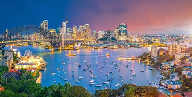 夕暮れ時のオーストラリアのシドニーのダウンタウンのスカイライン