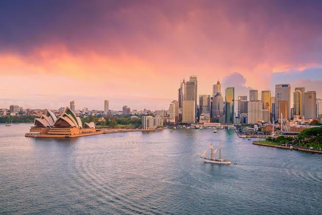 Центр города сидней на фоне линии горизонта в австралии от вида сверху на закате