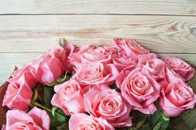 木製のテーブルにダースの花の花束のバラ
