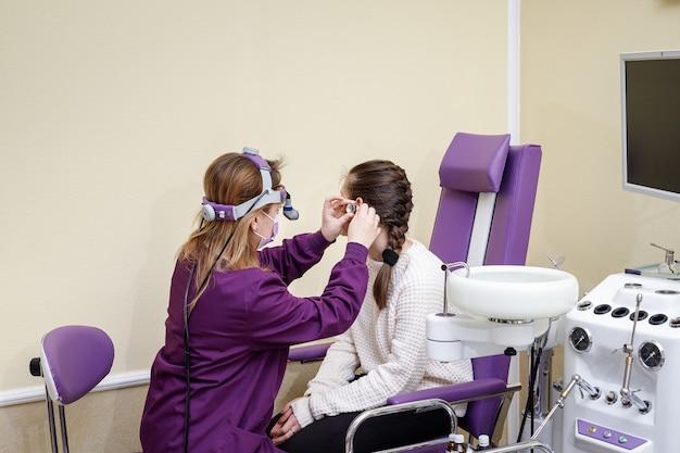 耳鼻咽喉科は、病院の女の子の耳を特別な機器でチェックします