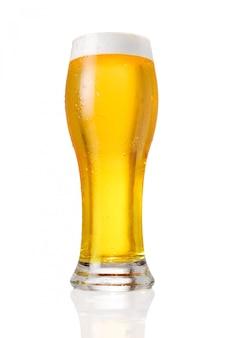白い背景で隔離のドラフトビールグラス
