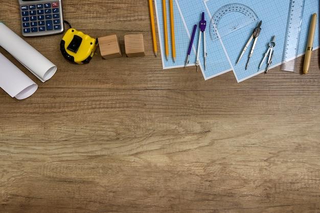 나무 테이블에 제도를위한 종이가있는 제도 도구