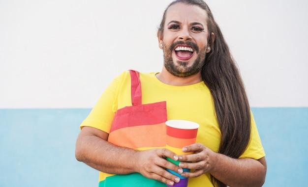 Перетащите королеву улыбающуюся камеру на прайд-парад лгбт - фокус на лице