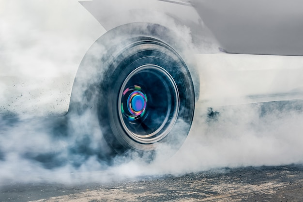 드래그 레이싱 카는 레이스 준비를 위해 타이어에서 고무를 태 웁니다.