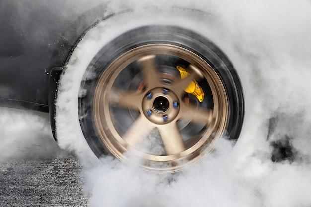 드래그 레이싱 카, 레이스 준비를 위해 타이어에서 고무 태워
