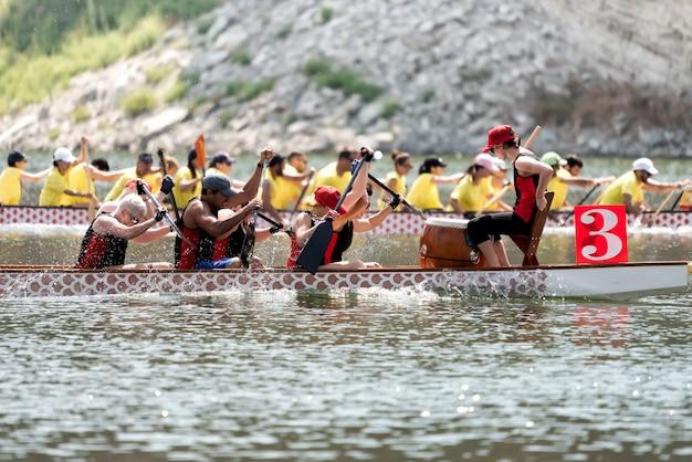 ドラゴンボートの乗組員は選手権で競う
