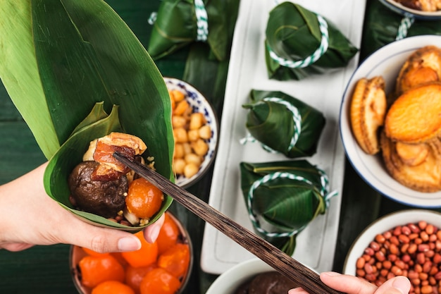 Праздник лодок-драконов китайские рисовые клецки с мясом цзунцзы
