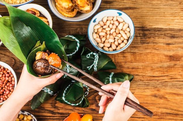 Праздник лодок-драконов китайские рисовые клецки с мясом цзунцзы Premium Фотографии