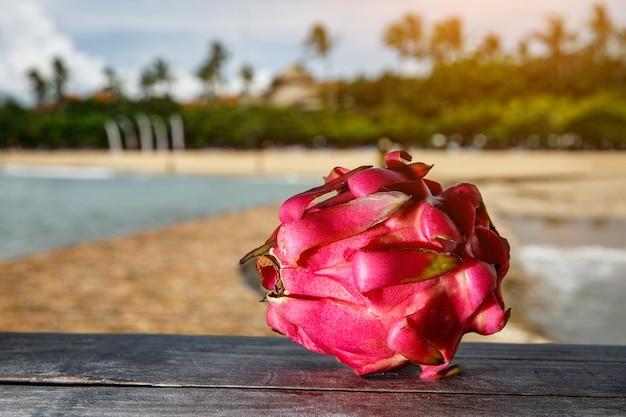 이국적인 해변에 용 과일입니다.