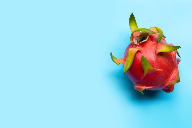Драконий фрукт или питайя. вкусный тропический экзотический фрукт. вид сверху