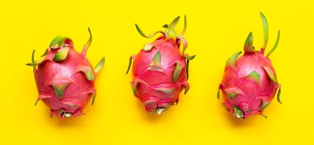 Драконий фрукт или питайя на желтой поверхности. вид сверху