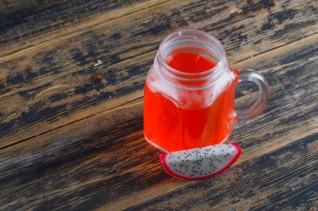 木製のテーブルのジュースハイアングルとドラゴンフルーツ