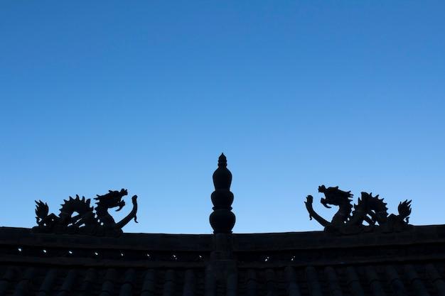 중국 사원 지붕에 용 실루엣