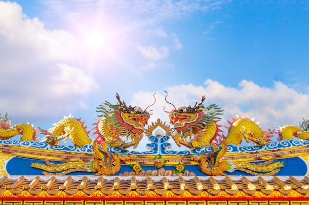 중국 사원 지붕에 용 동상