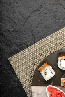 大理石のプレートにうなぎと生姜のピクルスを添えたドラゴン寿司ロール