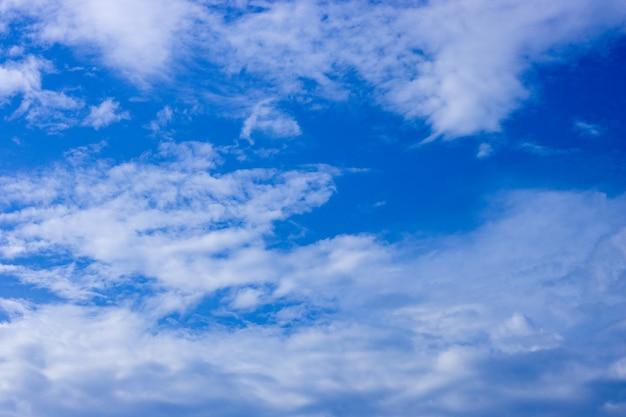 흰 구름과 극적인 푸른 하늘