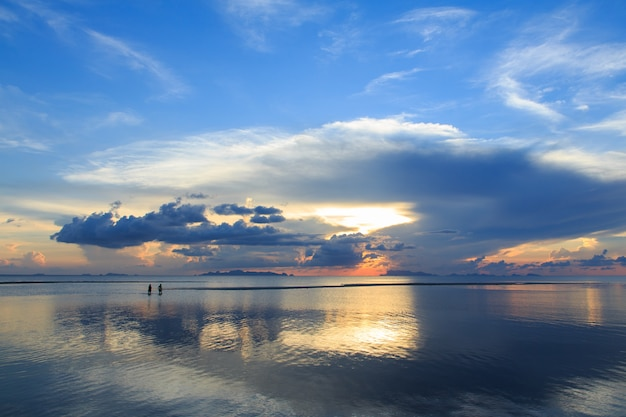 劇的な雲と夕暮れ時の空。長時間露光技術