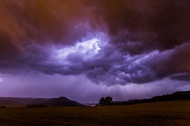 Драматические облака и молнии в манресе, барселоне, каталонии, северной испании