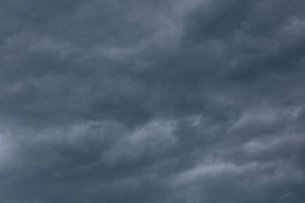 폭풍우 치는 봄 날씨에 극적인 구름