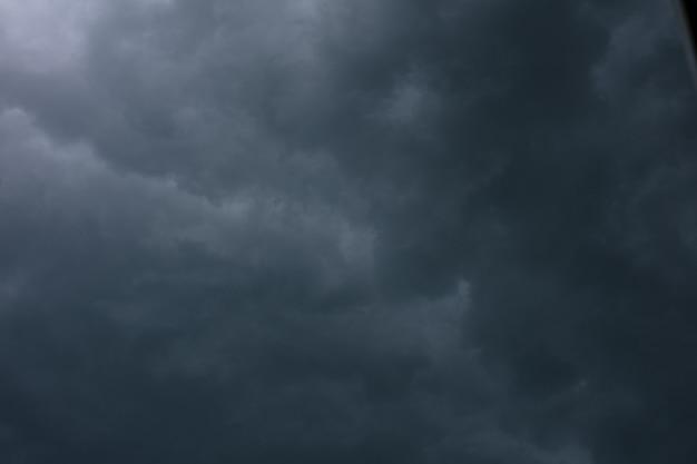 Драматические облака в ненастную весеннюю погоду