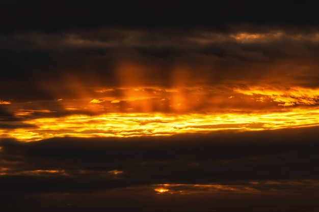 夏の天候を変えるために空に浮かぶ太陽の劇的な雲が昇る。ソフトフォーカス、モーションブラー空の美しい気象学の雲景写真。