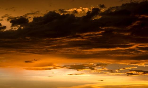 일몰 후 극적인 흐린 황금빛 하늘