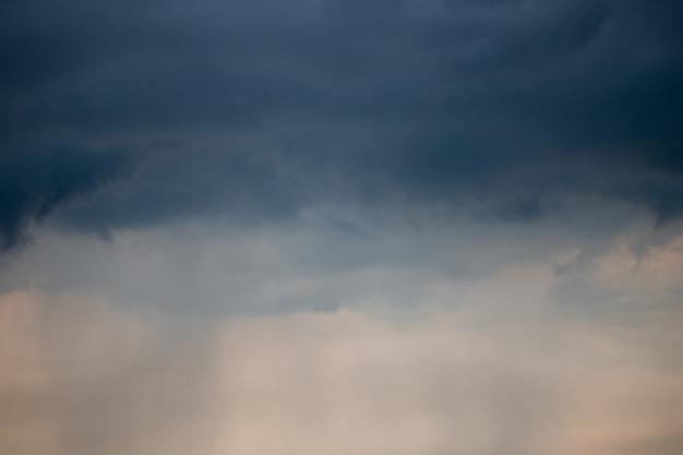 비가 올 때 극적인 진한 파란색 저녁 흐린 하늘