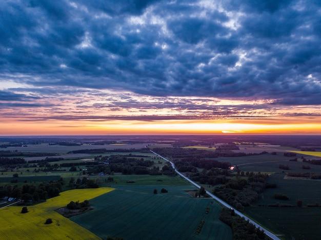 田園風景の上の劇的な暗い雲