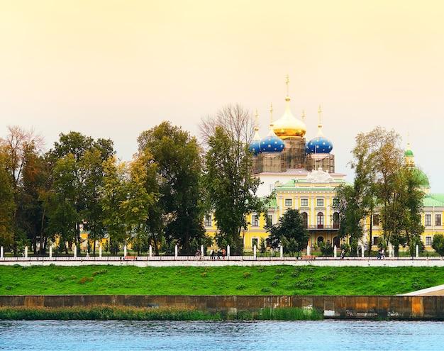川のビーチの街の背景に劇的な修道院
