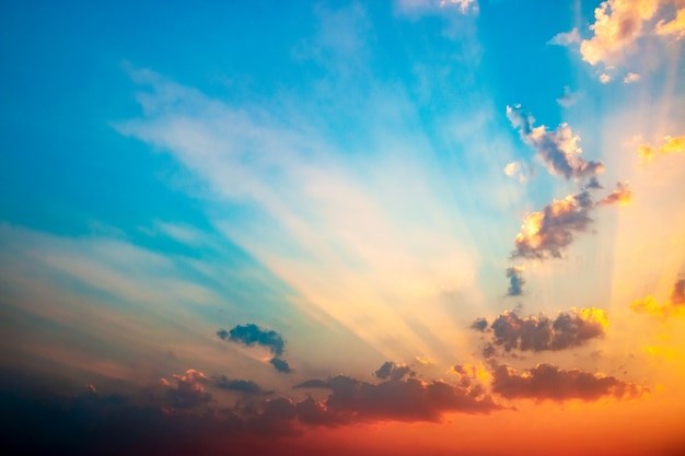 Драматическое небо утра с облаками и солнечным светом.