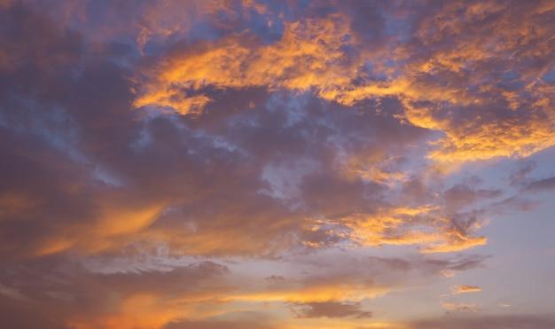 Драматическое фиолетовое небо и оранжевый серый облачный закат