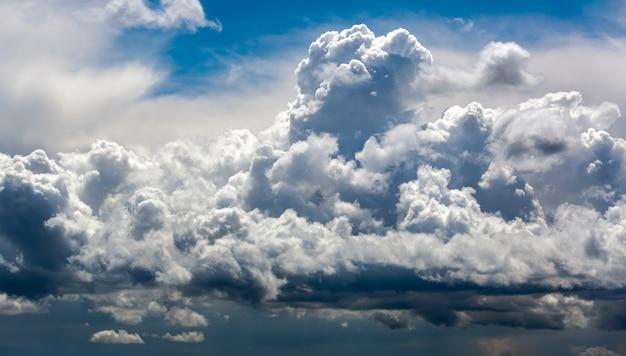 土地のない劇的な雨雲の背景