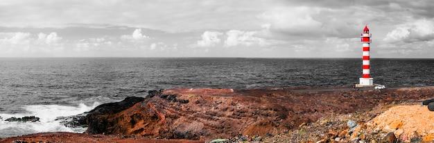 Драматический пейзаж с маяком на скалах. большой канарский остров