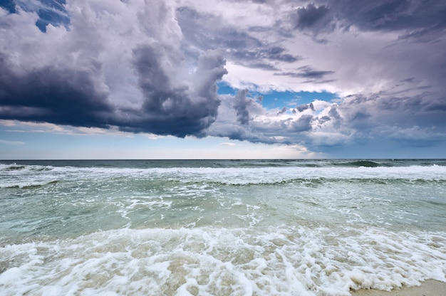 劇的な海、雲と海面のある自然の風景