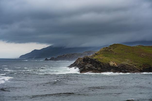 극적인 바다 경치 스페인 대서양 연안의 원격 위치 costa artabra spain