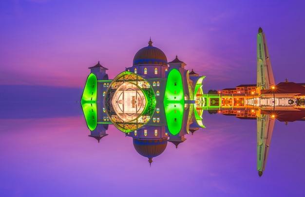 Драматическое небо и отражения в мечети стрейтс в малакке. композиция природы. размытие в движении и мягкий фокус из-за длительной выдержки. яркие цвета