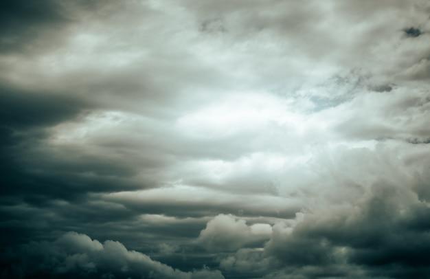 극적인 하늘 배경입니다. 어두운 하늘에 폭풍우 치는 구름. 무디 클라우드스케이프.