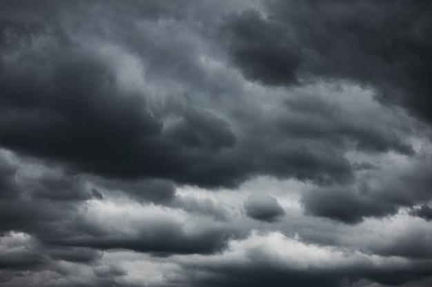 극적인 하늘 - 검은 무거운 구름을 배경으로 사용할 수 있습니다.