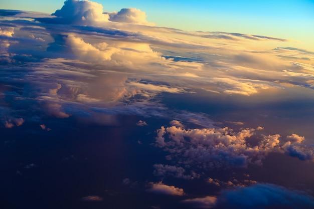 파란색, 주황색, 보라색 구름에 극적인 하늘.
