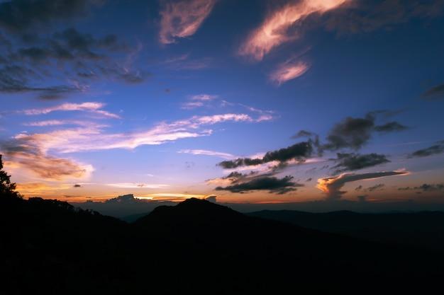 저녁 시간에 극적인 하늘 자연 배경 아름다운 색상