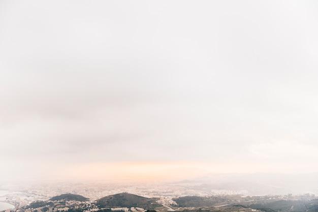 산 풍경을 극적인 하늘
