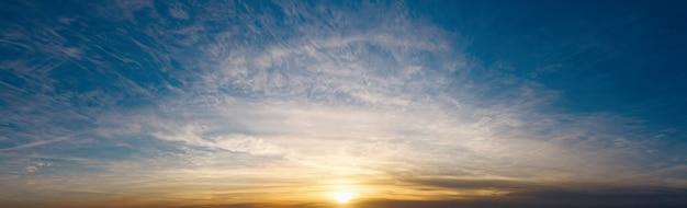 Драматическое небо с красивыми облаками на закате вечером. красивые облака.