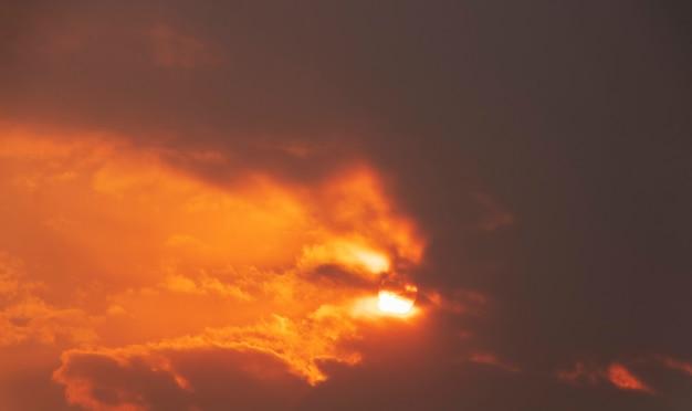 暗い雲の切れ間から明るい太陽が輝く劇的な空。