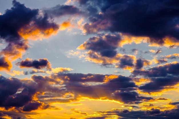 日没時に色とりどりの雲と劇的な空
