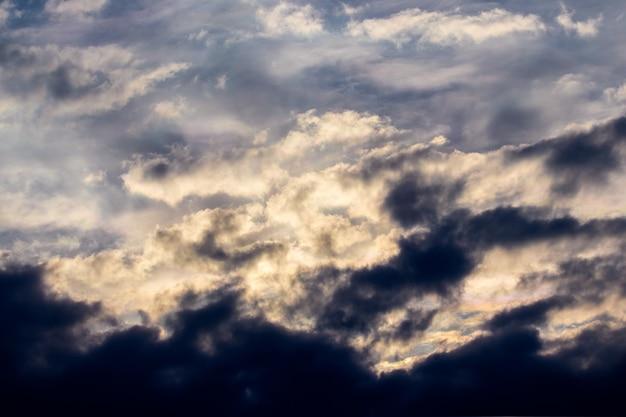 Драматическое небо с темными облаками в вечернем небе во время шторма